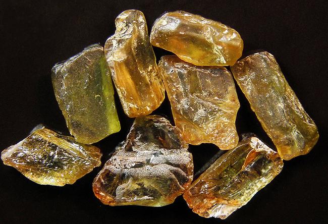 Камень андалузит