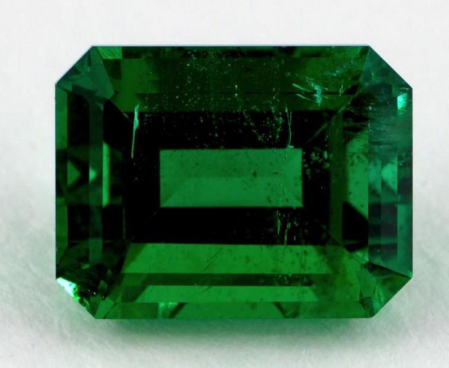 Темно-зеленый изумруд