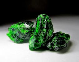 Камень Диопсид: свойства, добыча, интересные факты и влияние на знаки Зодиака