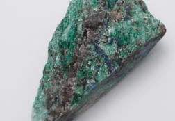 Фуксит: описание, свойства, уход за камнем