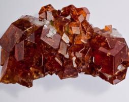 Камень гранат: свойства, разновидности, как отличить от подделки
