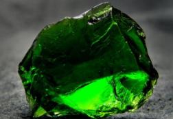 Хромдиопсид: что за камень, почему его называют якутским изумрудом?