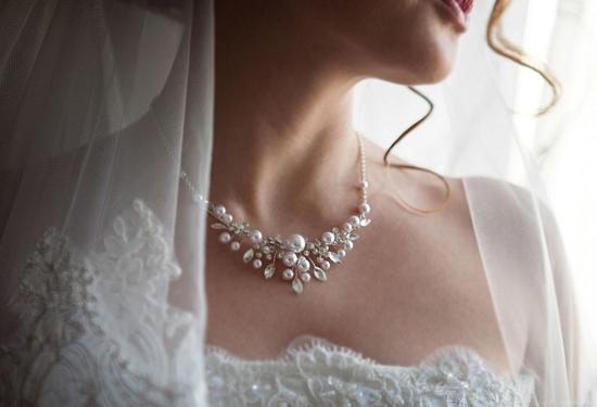 Невеста с жемчужным колье