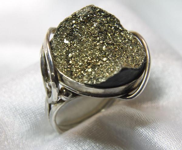 Кольцо с необработанным марказитом