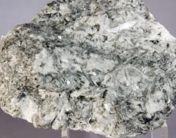 Магнезит: полезный минерал с необычными свойствами