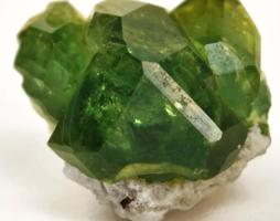 Зеленый гранат: редкий камень, обладающий алмазным блеском