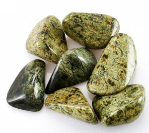 Полное описание змеевика и что будет если подарить этот тяжелый камень