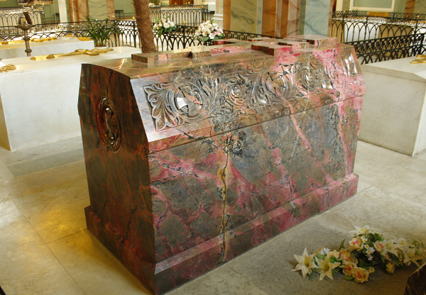 Саркофаг из родонита